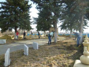 Уборка территории памятника погибшим солдатам